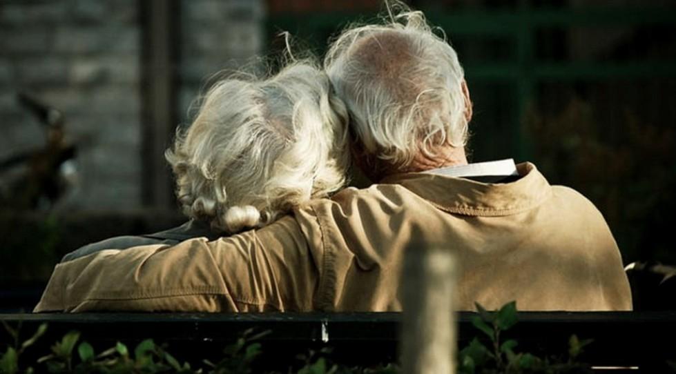 hug-cuple-lovable-between-elderly-couple-128927